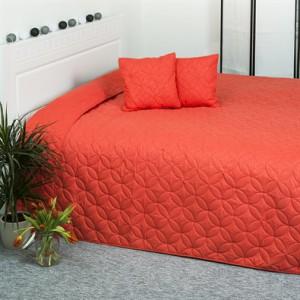 červený přehoz na postel